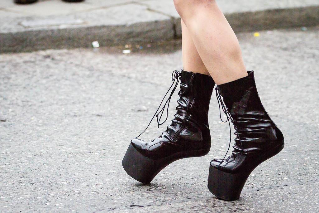 Lady Gaga jako průkopnice nošení neviditelných podpatků